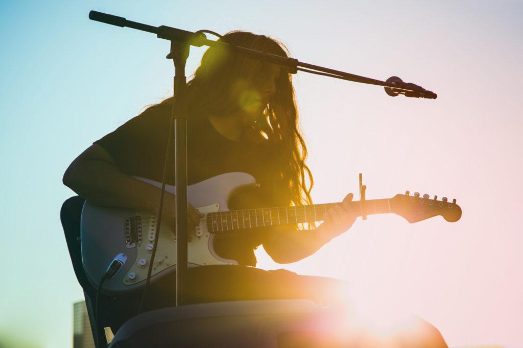 La chitarrista americana Marisa Anderson live per SaunAlive su NeverWas Radio. Con la sua chitarra porta la musica tradizionale americana oltre i suoi confini, inserendo elementi di elettronica, drone e musica africana