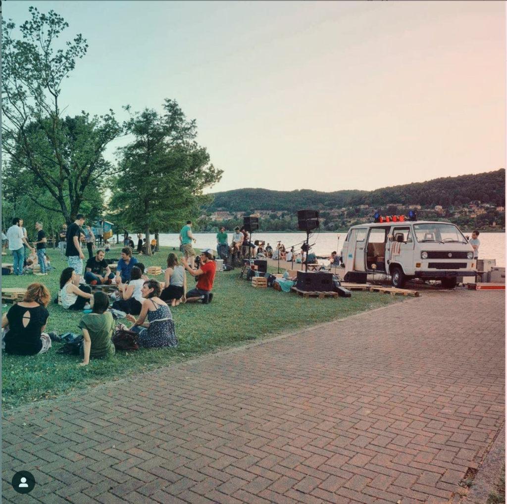 il 28/29/30 giugno torna il NeverWas Radio Fest, il festival in spiaggia organizzato da NeverWas Radio sulle sponde del Lago di Comabbio